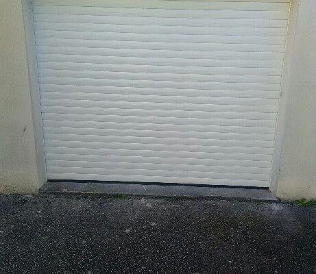 Les Menuisiers Girondins : Chantier rénovation à Eysines avec remplacement d'une porte de garage et d'une porte de service - 3