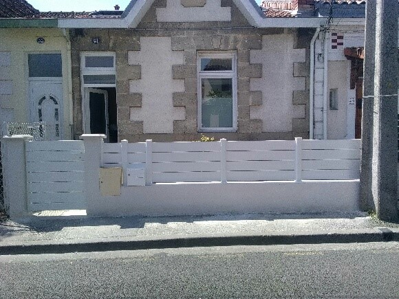 Les Menuisiers Girondins : Avant-après d'une pose de clôture en rénovation après passage du maçon sur la commune de Mérignac - 2