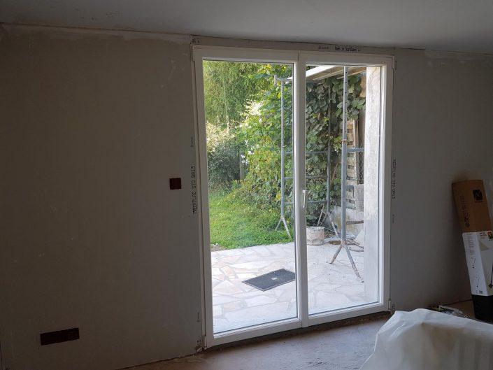 Les Menuisiers Girondins : Chantier de rénovation avec pose de fenêtres, porte-fenêtre et porte d'entrée sur la commune de Mérignac