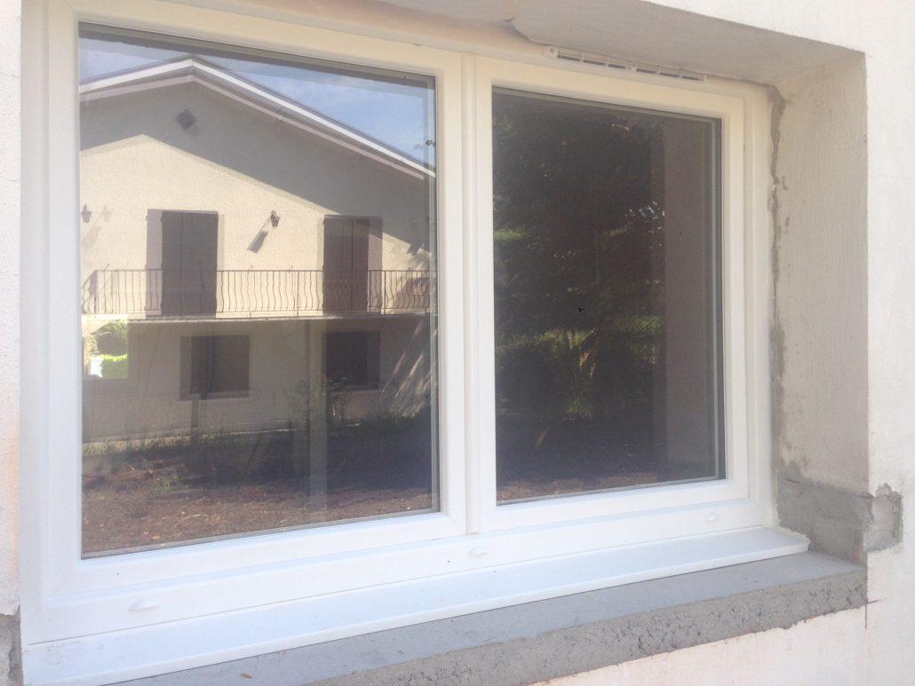 Les Menuisiers Girondins : Chantier de rénovation avec pose de différents types fenêtres, baie vitrée et porte d'entrée, en PVC et aluminium - 2