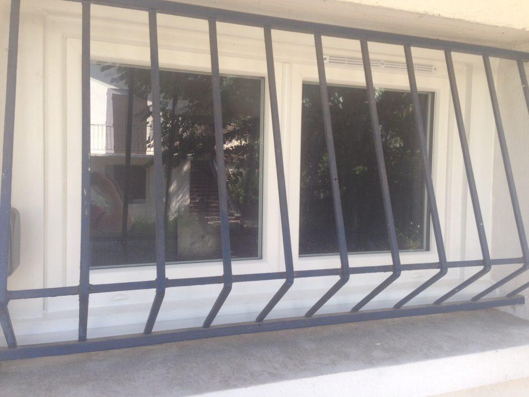 Les Menuisiers Girondins : Chantier de rénovation avec pose de différents types fenêtres, baie vitrée et porte d'entrée, en PVC et aluminium - 3