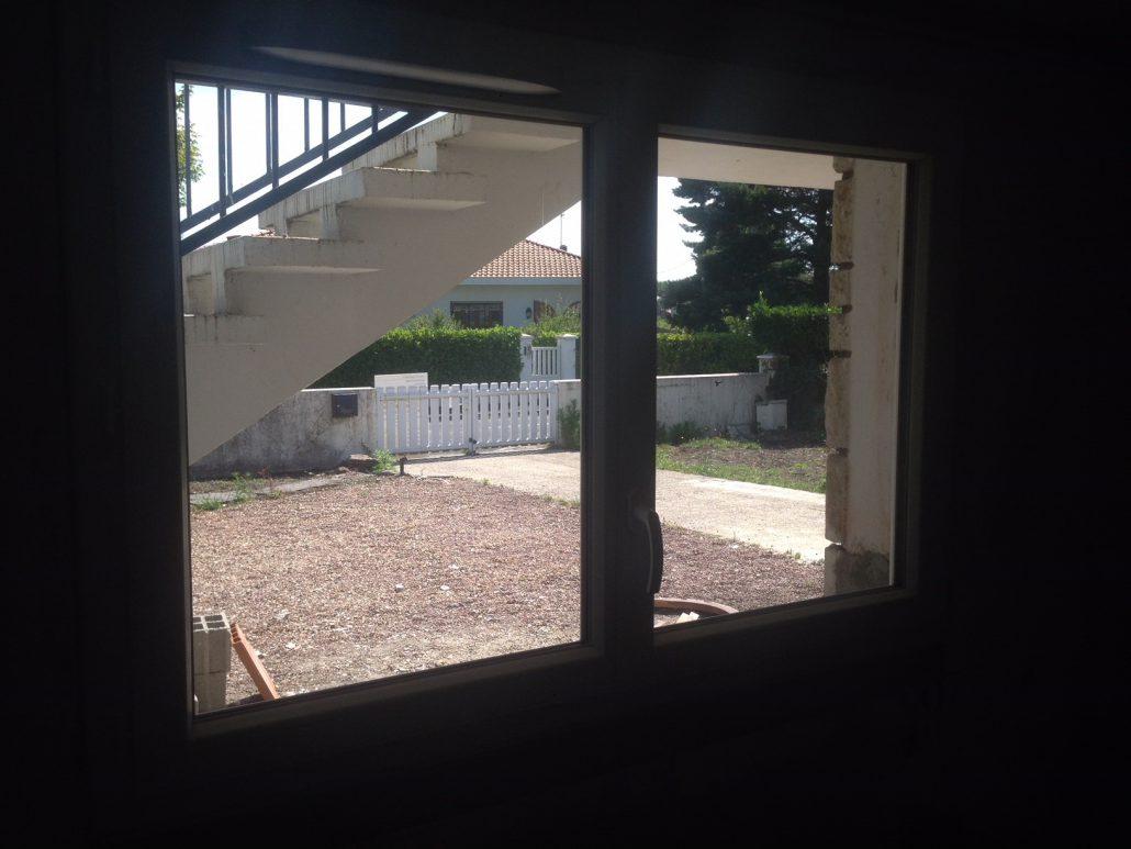 Les Menuisiers Girondins : Chantier de rénovation avec pose de différents types fenêtres, baie vitrée et porte d'entrée, en PVC et aluminium - 5