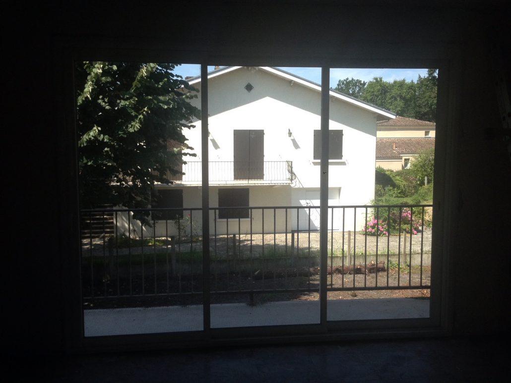 Les Menuisiers Girondins : Chantier de rénovation avec pose de différents types fenêtres, baie vitrée et porte d'entrée, en PVC et aluminium - 6