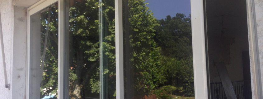 Les Menuisiers Girondins : Chantier de rénovation avec pose de différents types fenêtres, baie vitrée et porte d'entrée, en PVC et aluminium