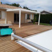 Les Menuisiers Girondins - Chantier à Lège-Cap-Ferret : Pose d'une pergola bioclimatique.