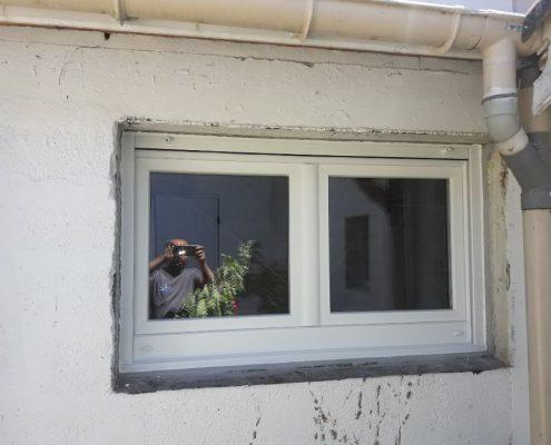 Les Menuisiers Girondins - chantier à Talence : Rénovation d'un garage avec pose de porte-fenêtre et fenêtre haute.